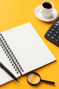 Schreibtischanordnung auf gelbem tisch