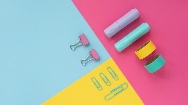 Schreibtischanordnung in draufsicht mit klebeband und büroklammern