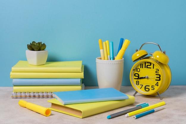 Schreibtischanordnung mit gelben und blauen elementen
