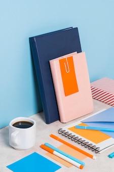 Schreibtischanordnung mit kaffeetasse
