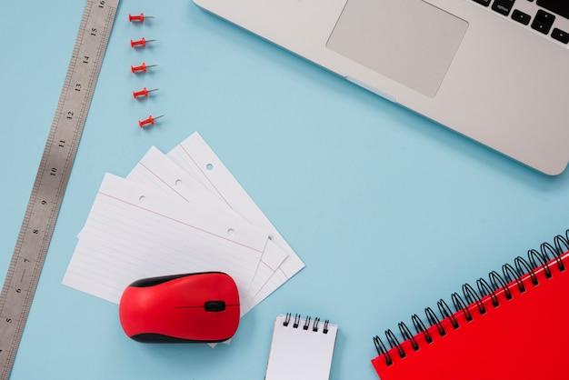 Schreibtischanordnung mit laptop flach liegen