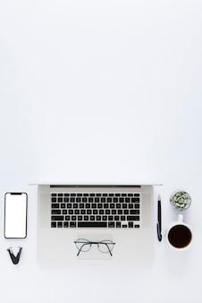 Schreibtischanordnung mit laptop von oben