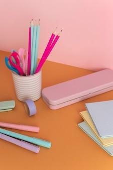 Schreibtischanordnung mit notebooks hochwinkel