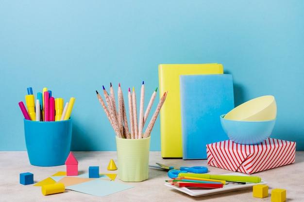Schreibtischanordnung mit notizbüchern und stiften