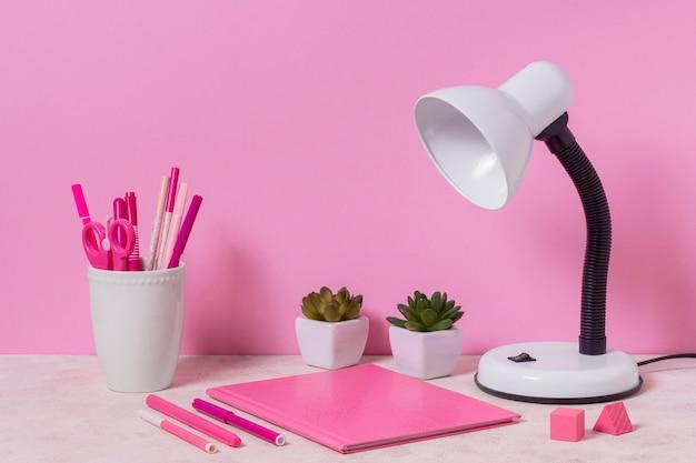 Schreibtischanordnung mit rosa gegenständen