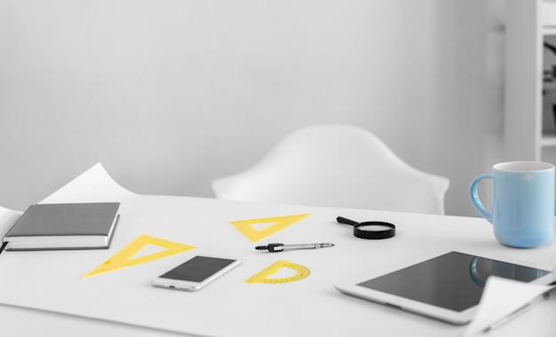 Schreibtischanordnung mit tablette und linealen