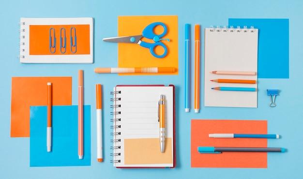 Schreibtischanordnung mit verschiedenen gegenständen