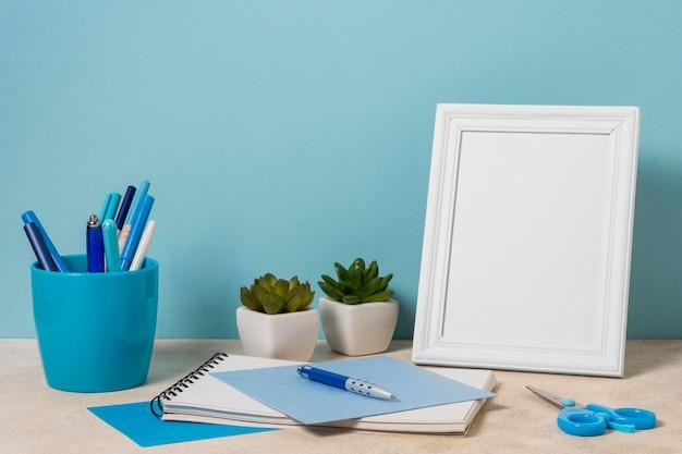 Schreibtischanordnung mit weißem rahmen