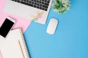 Schreibtischarbeitsplatz - Draufsichtmodellmodell der Ebene legen des Arbeitsraumes mit Laptop
