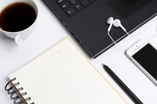 Schreibtischarbeitsplatz mit verschiedenen elementen