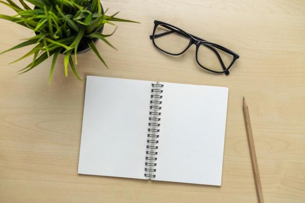 Schreibtischarbeitsplatz und tabellenhintergrund.