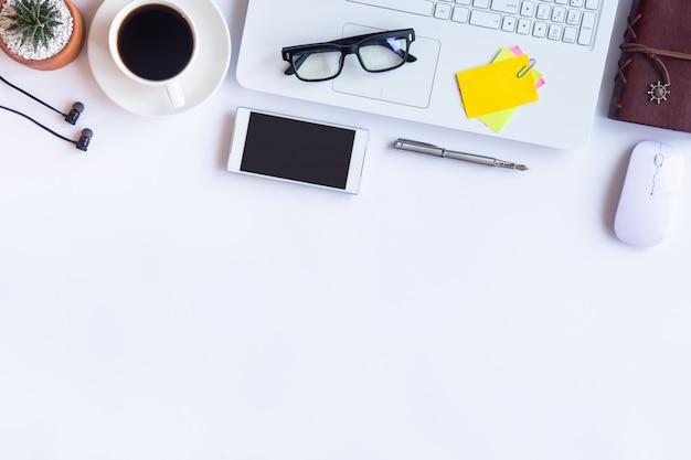 Schreibtischbüro mit büromaterial