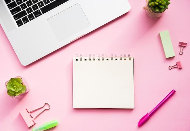 Schreibtischdesign mit leerem notizbuch