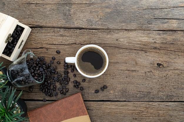 Schreibtische, notizbücher, briefpapier und kaffee sind oben zu sehen