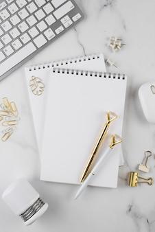 Schreibtischelemente auf marmortisch flach liegen
