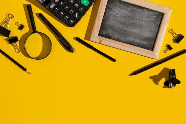 Schreibtischgegenstände auf gelbem hintergrund