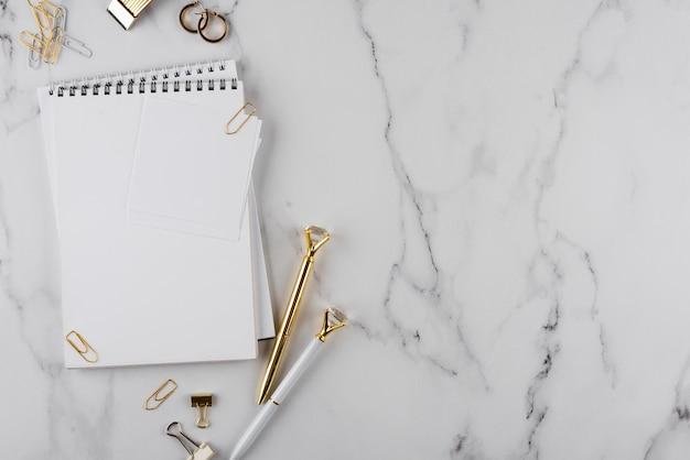 Schreibtischgegenstände auf marmortisch-draufsicht