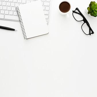Schreibtischgegenstände der ansicht oben auf weißem hintergrund
