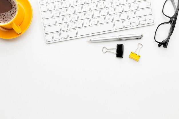 Schreibtischkonzeptrahmen mit tastatur