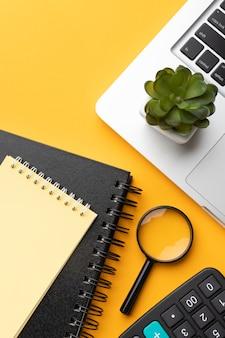 Schreibtischsortiment auf gelbem hintergrund