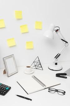 Schreibtischsortiment auf weißem hintergrund