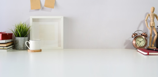 Schreibtischtabelle des arbeitsplatzes weißer und kopienraum