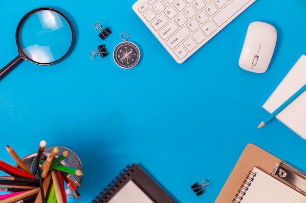Schreibtischtabelle des geschäftsarbeitsplatzes und der geschäftsgegenstände