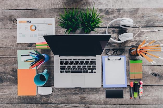 Schreibtischtisch mit computer, versorgungen