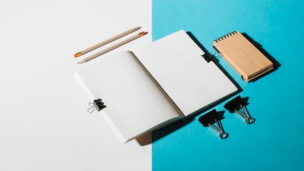 Schreibwaren auf doppeltem hintergrund