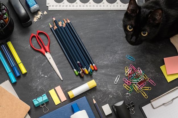 Schreibwaren büromaterial auf tafel mit kreidemarken