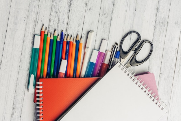 Schreibwaren schreibtisch büro schule buntstifte marker notizblock schere