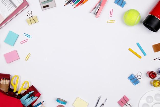 Schreibwaren und bürobedarf auf weißem hintergrund