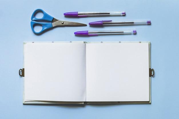 Schreibzubehör mit stiften und skizzenblock