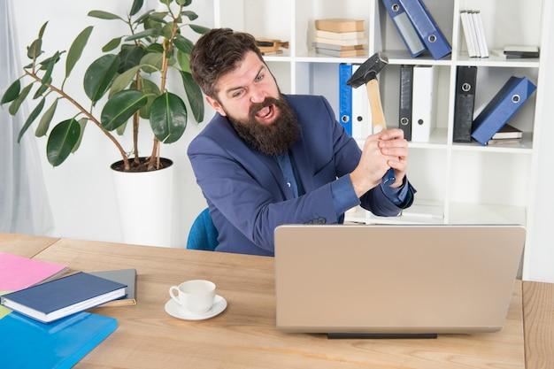 Schreiend. einige geschäftliche probleme beheben. computerverzögerungsvirus. wütender geschäftsmann oder manager mit vorschlaghammer. aggressiver geschäftsmann im amt. gründe für computerverzögerungen. büroalltag hassen.