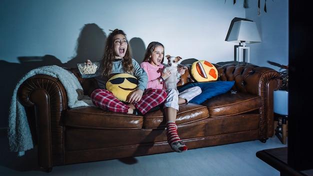 Schreiende kinder, die fernsehen