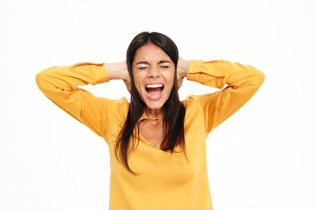 Schreiende missfallene junge dame im gelben hemd