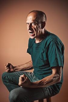 Schreiender älterer mann