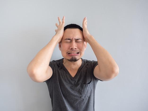 Schreiender asiatischer mann im schwarzen t-shirt.