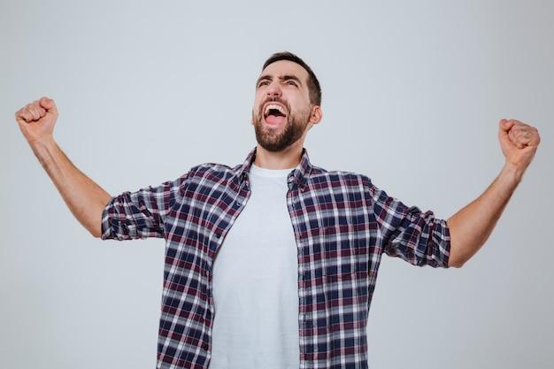 Schreiender bärtiger mann im hemd, der oben schaut