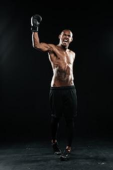 Schreiender boxer mit erhobener hand