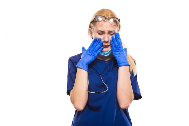 Schreiender doktor scheuert innen handschuhe und gesichtsmaske