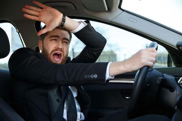 Schreiender geschäftsmann, der fast auto während seiner reise zusammenstößt