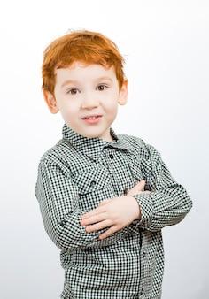 Schreiender junge mit roten haaren