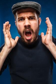 Schreiender mann mit schwarzem pullover