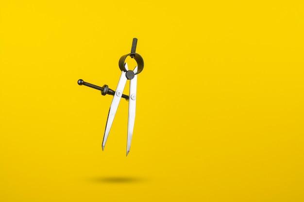 Schreinerkompasse auf gelbem grund