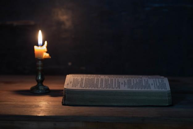 Schrift mit kerzen