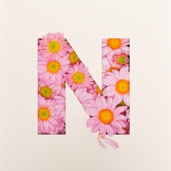 Schriftdesign, abstrakte alphabetschrift mit rosa blume, realistische blumentypographie - n.