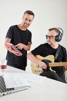 Schriftsteller, der dem komponisten neue songtexte zeigt