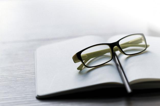 Schriftsteller karriere auf dem schreibtisch mit einem bleistift, brille