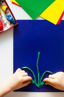 Schritt-für-schritt-anleitung für kinderhandwerk aus plastilin